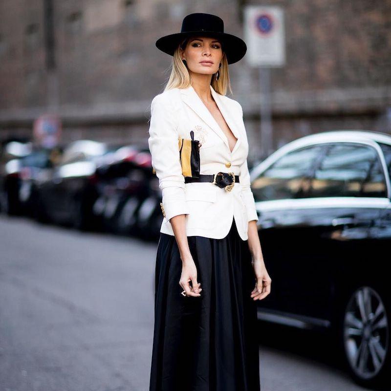 tenue classe femme veste ceinturée blanche jupe et chapeau noirs