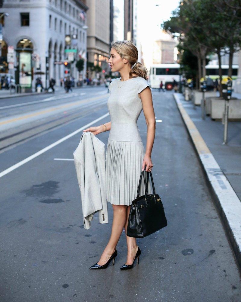 tenue classe femmme en robe et veste en gris clair chaussures noires