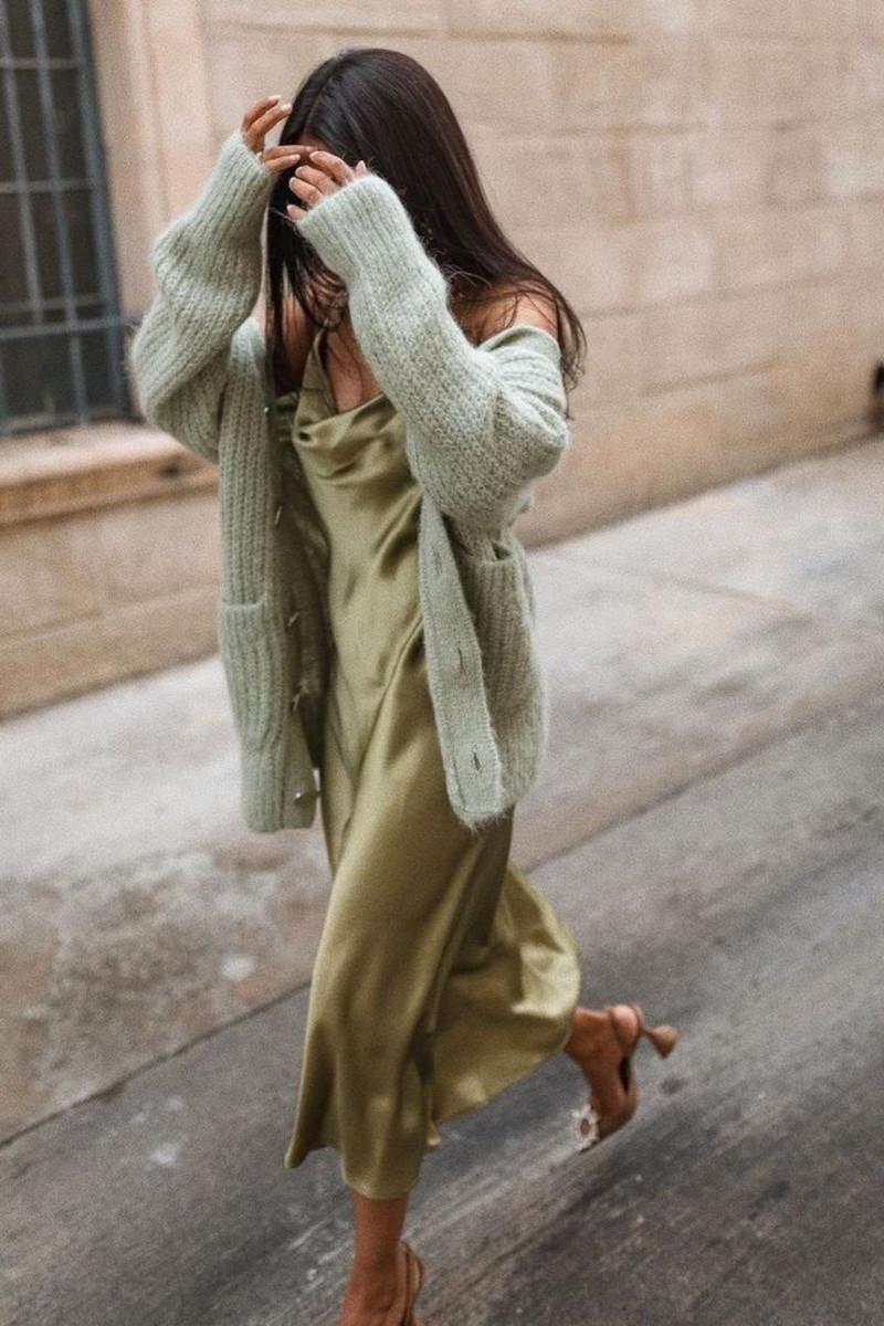 tenue femme chic robe en satin vert olive chaussures à talons