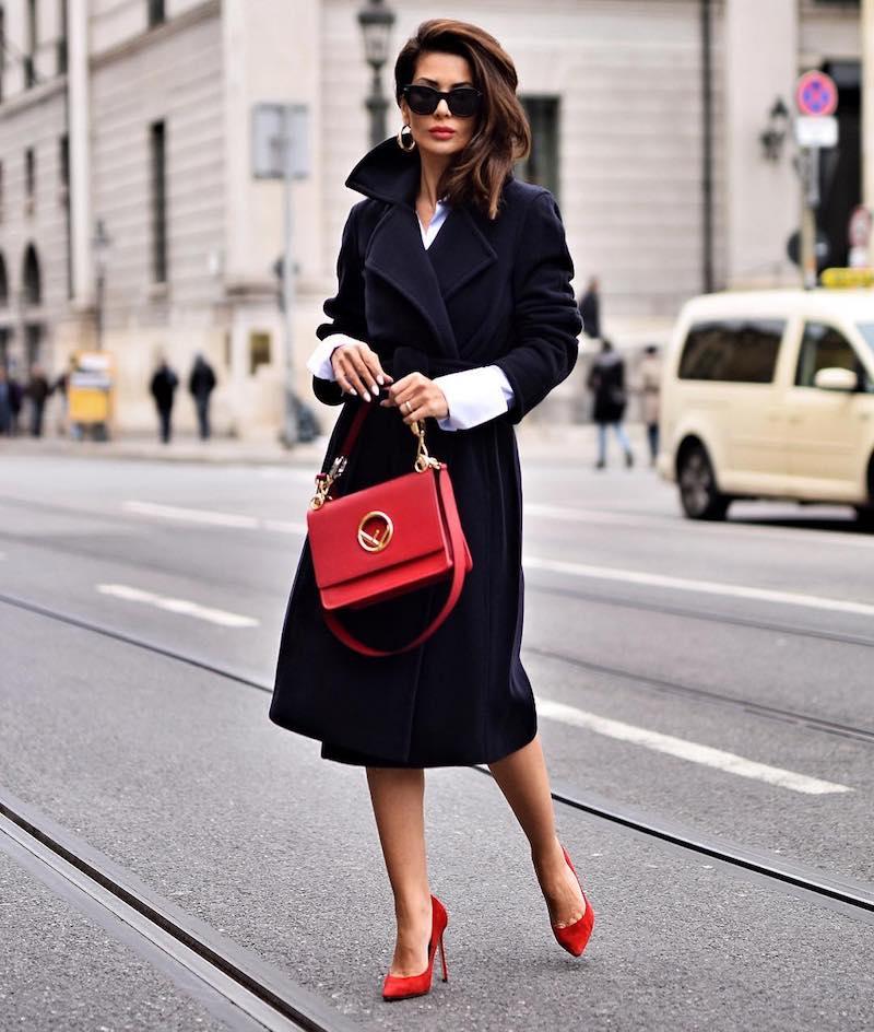 tenue stylée femme en manteau chic en noir avec accessoires en rouge