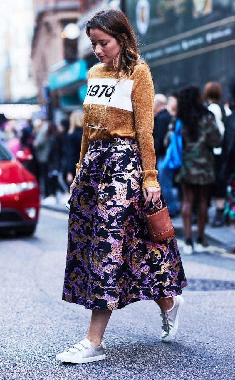tenue stylée femme jupe en mauve et noir top beige