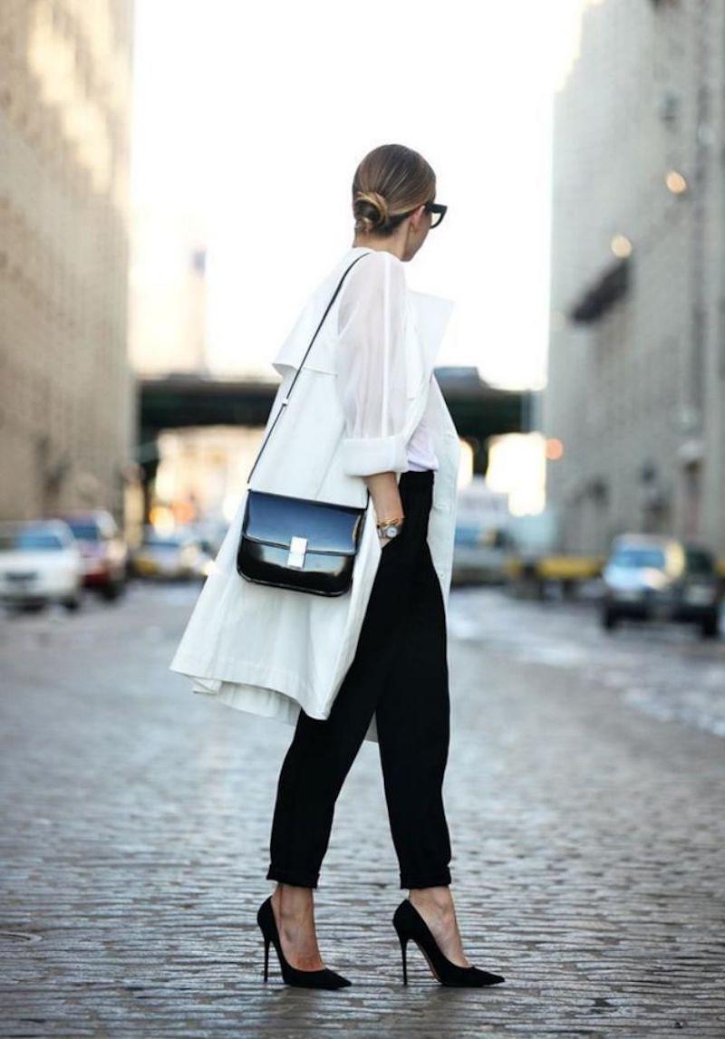 tenue stylée femme pantalon noir chemisier blanc hauts talons noirs
