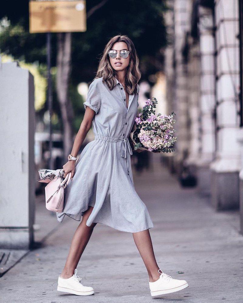 tenue stylée femme robe casual en bleu clair baskets blancs