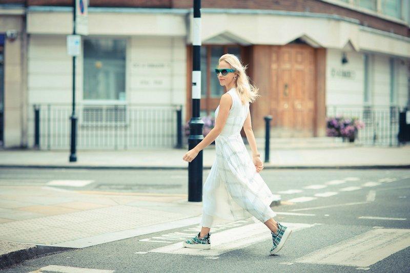tenue stylée robe blanche baskets et lunettes de soleil