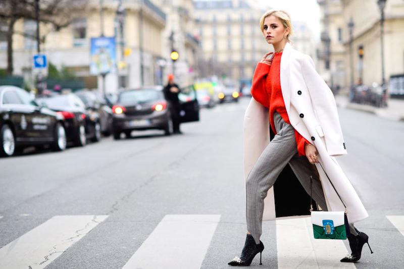trouver son style vestimentaire pantalon gris top rouge et manteau blanc