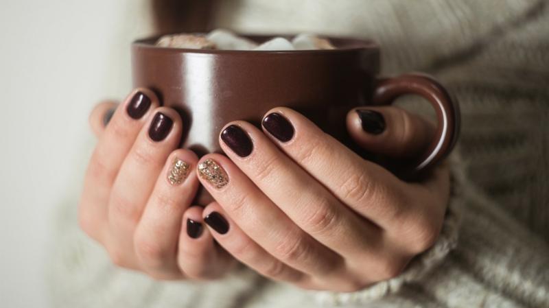 vernis marron une tasse de chocolat dans une mains à ongles marrons