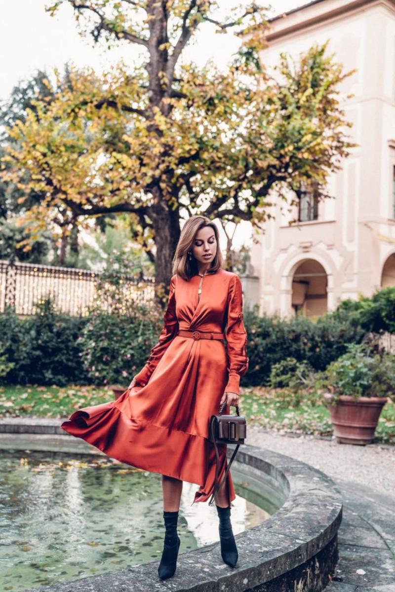 vetement femme chic robe orange brûlé ceinturée bottines et sac à main noirs