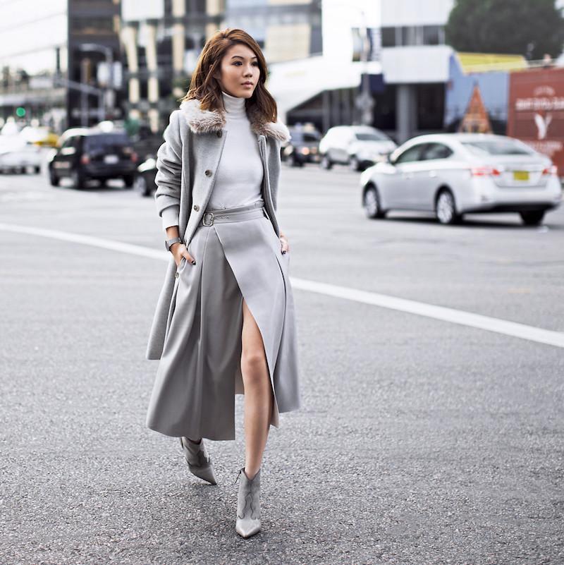 vetement stylé femme en jupe manteau et bottines gris