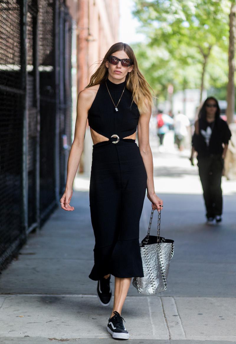 tenue stylée pour femme robe noire avec des baskets