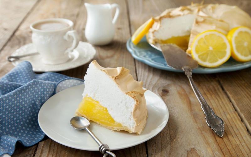 vraie recette tarte citron meringuée morceau de gateau service de table blanc
