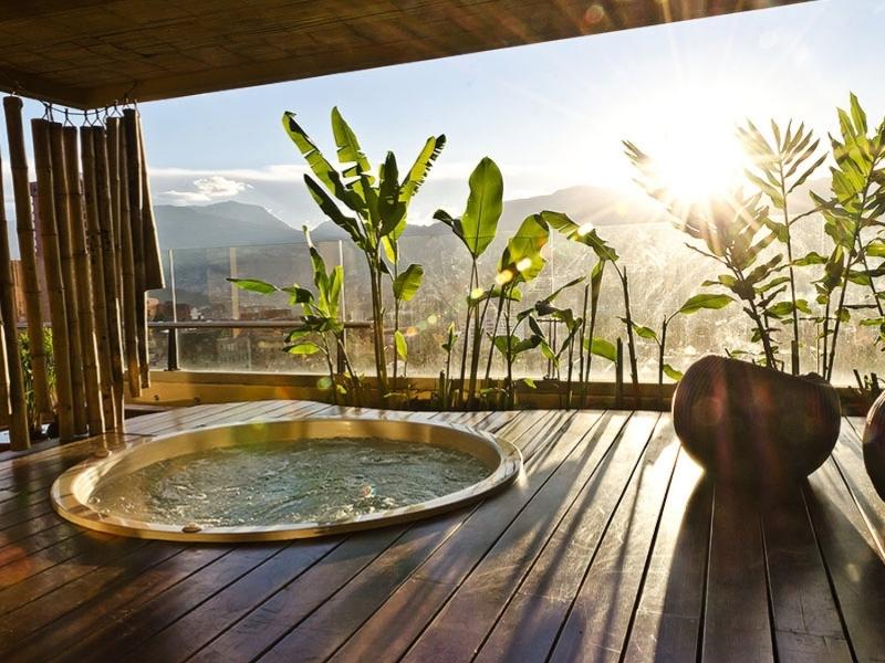 vue bambou décor amenager une terrasse avec un spa revetement sol extérieur