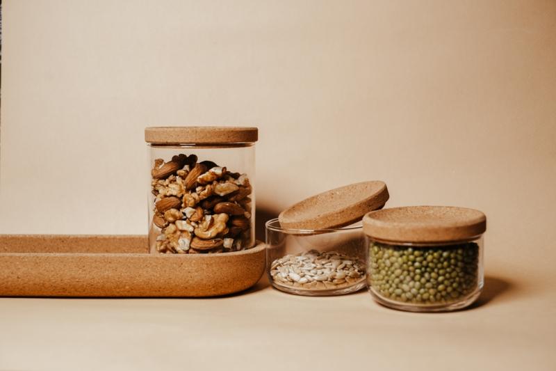 amande bon pour la santé noix et graines dans des bocaux en verre