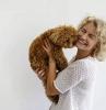 assurance comment choisir une assurance animal femme aux cheveux frises blond