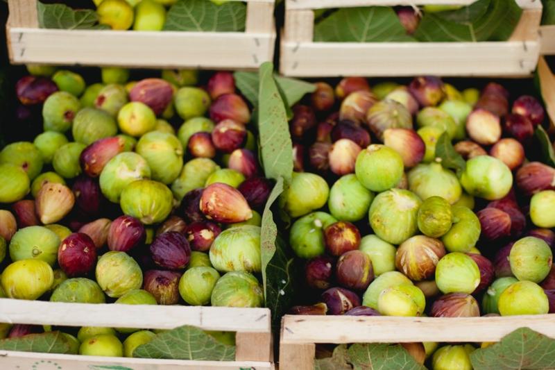 bienfaits de la figue un tas de figues au marché