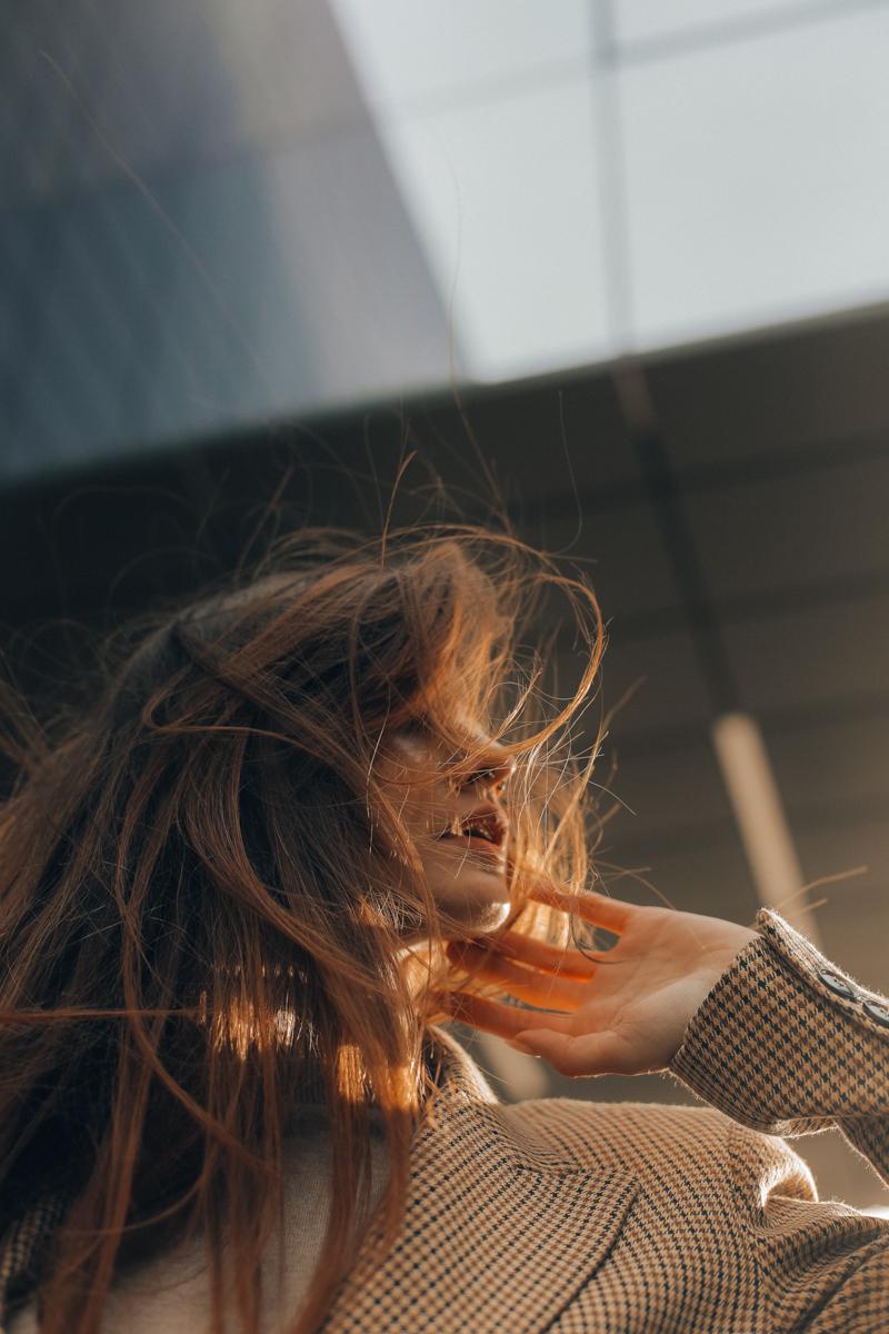 brosse à cheveux en bois une jeune femme avec des cheveux longues