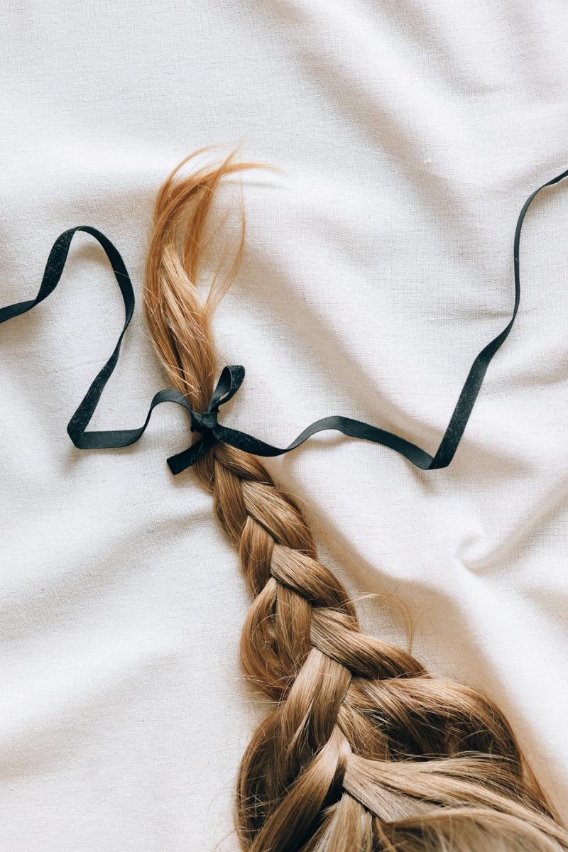 brosse poils de sanglier une longue tresse blonde avec un ruban noir