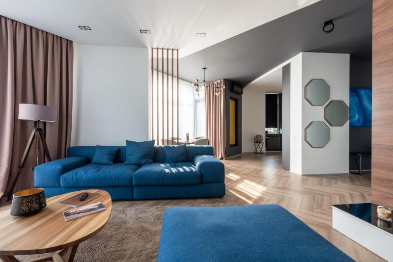 canapé pouf design en bleu assortis salon au style moderne aux lignes épurées