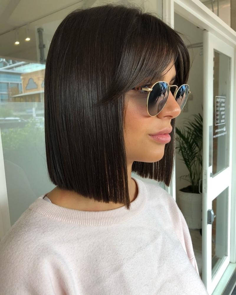 carré avec frange lisse coupe carré femme coiffure lisse