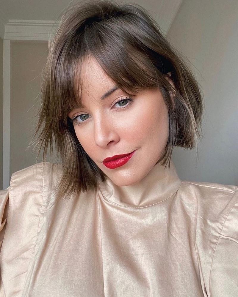 carré court dégradé maquillage avec rouge a levre rouge
