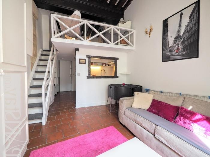 carrelage sol plafond noir aménagement petit appartement cuisine semi ouverte