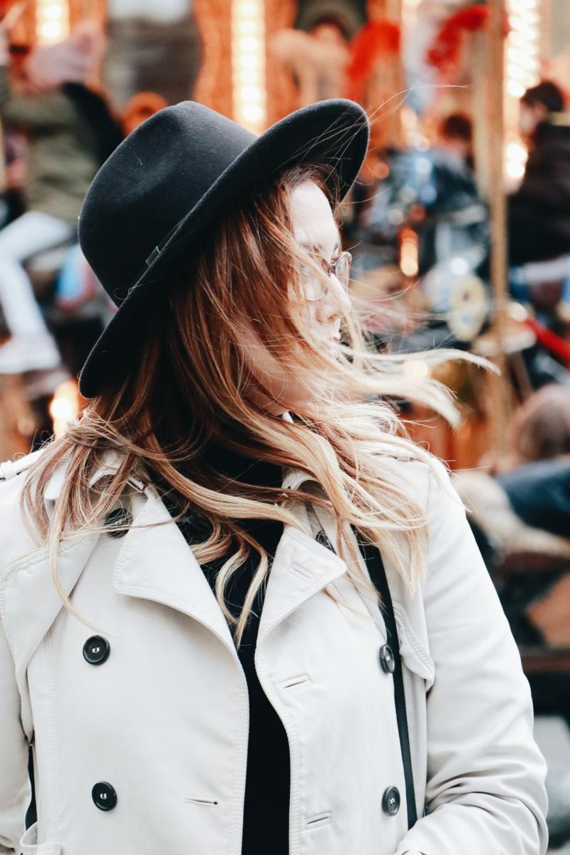 casual chic femme une femme habillée en trench tailleur blanc