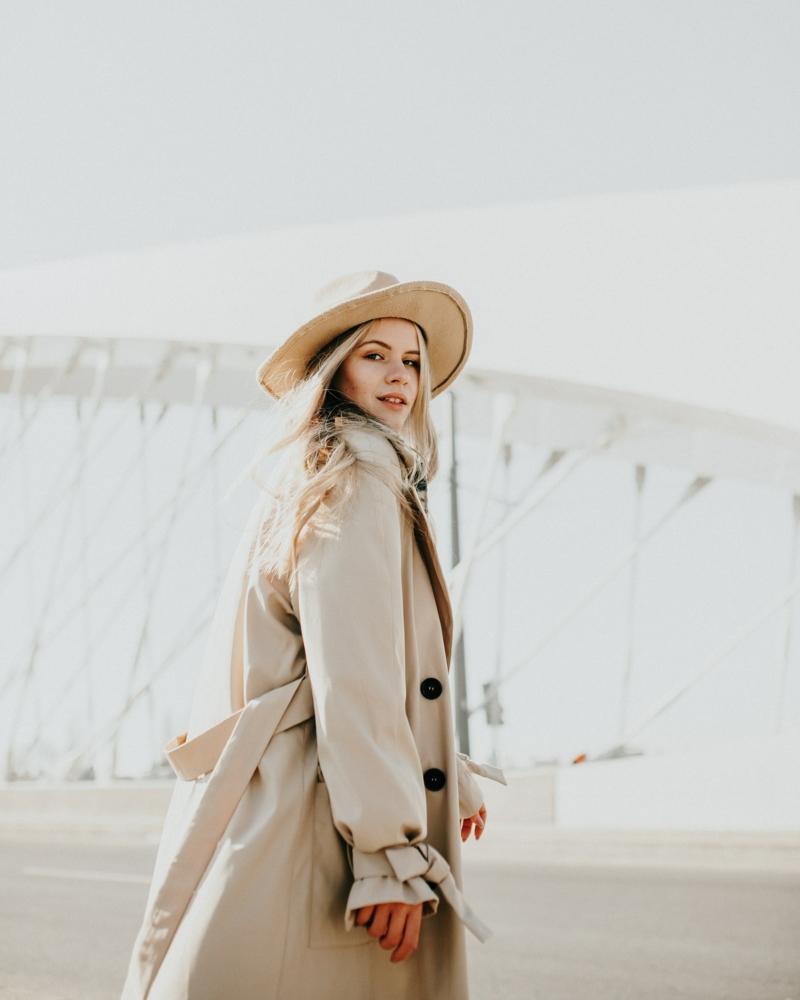 casual chic femme une femme qui porte un chapeau et une trench tailleur