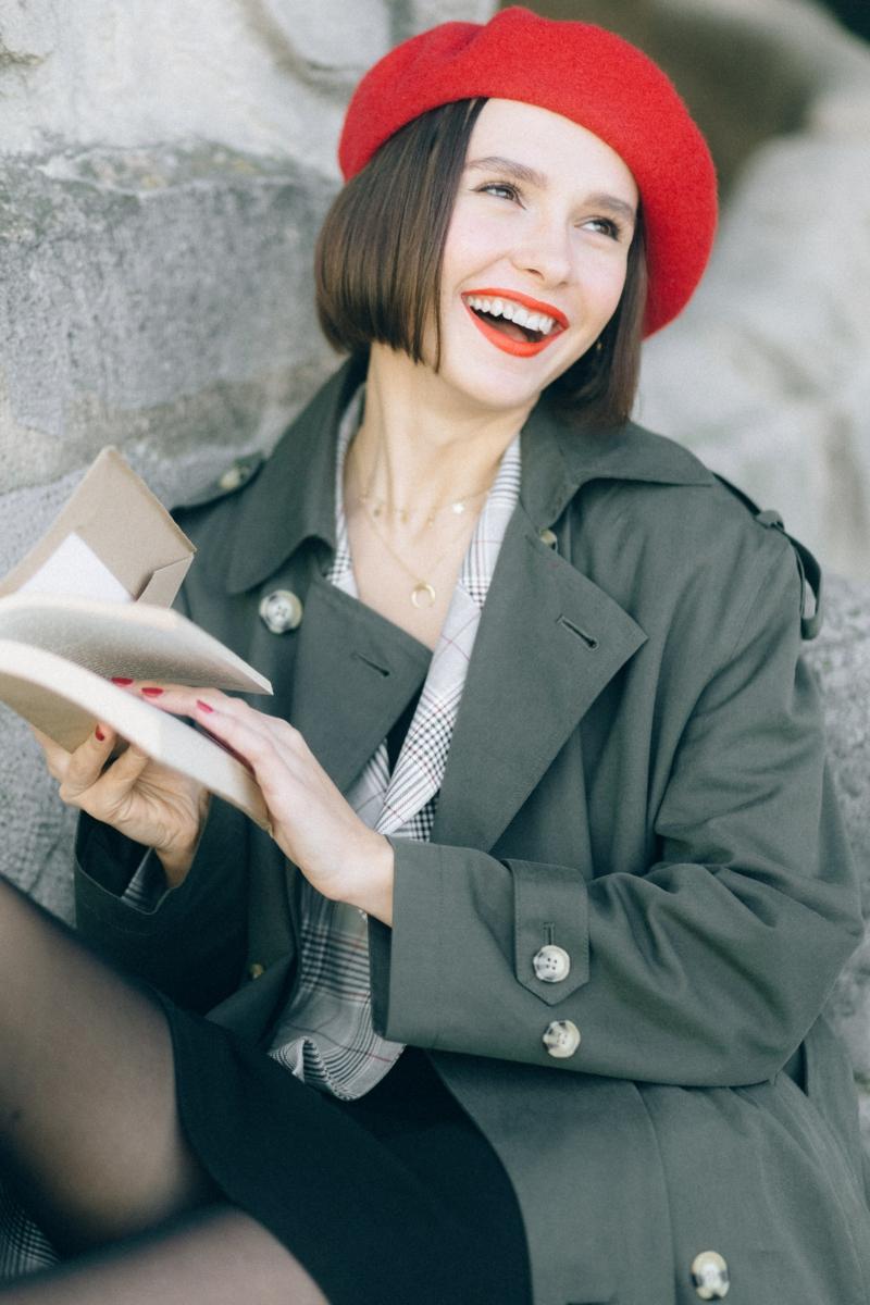 casual chic femme une femme qui porte un chapeau rouge et un trench tailleur gris