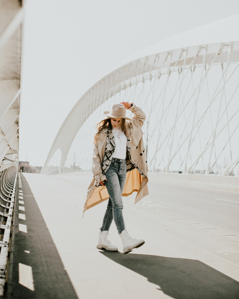 casual chic femme une femme qui se promène sur un pont