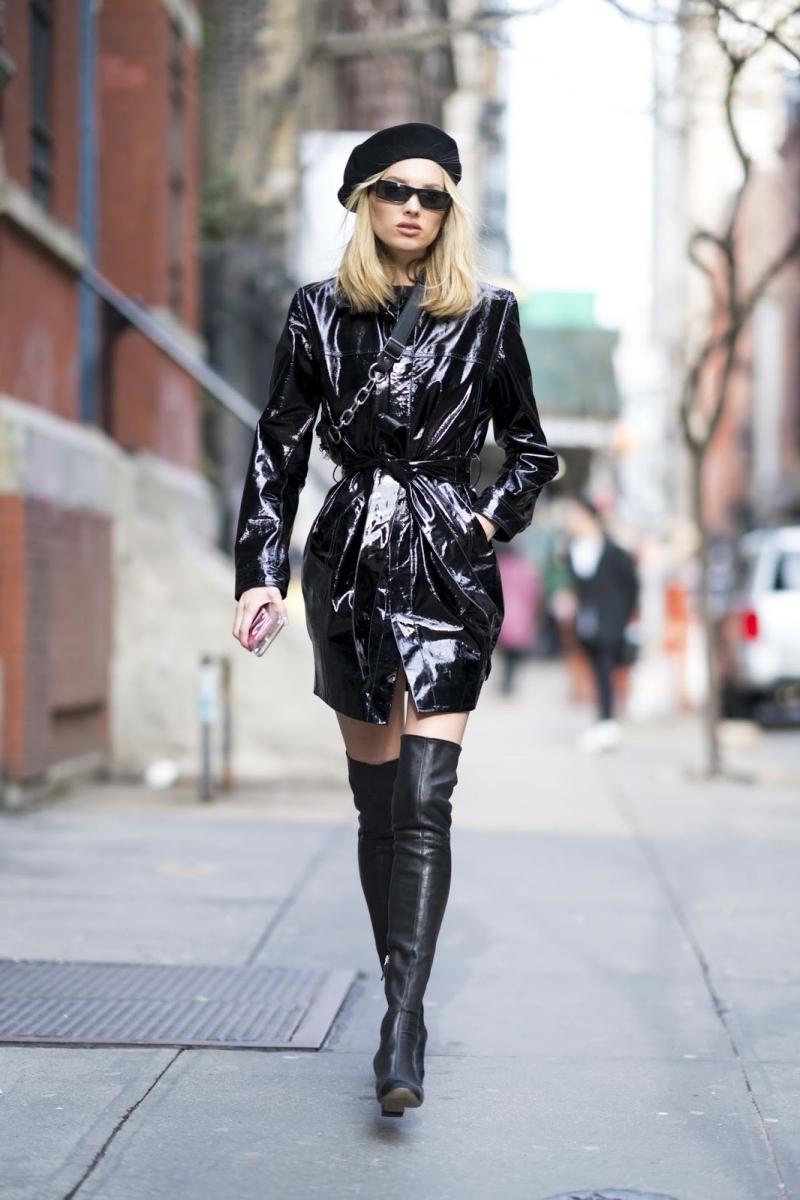 chapeau noir veste coupe vent femme tenue total noir bottes genoux