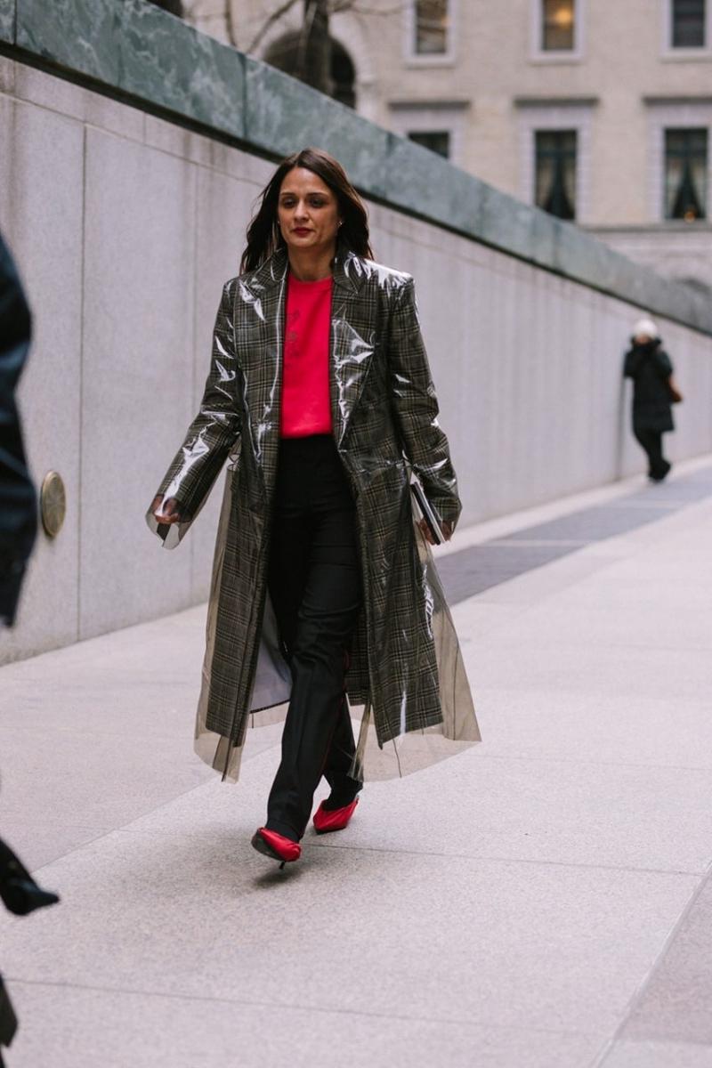 chaussures rouges talons vetement de pluie femme manteau pluie