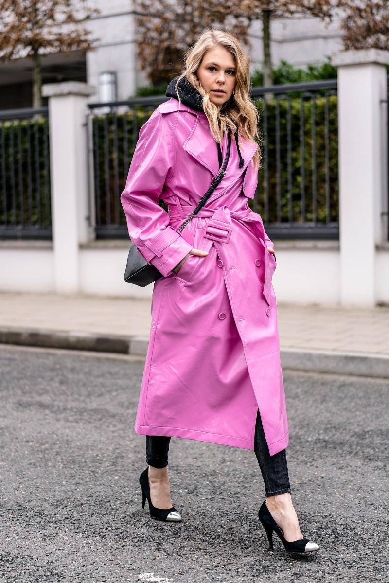 chaussures talons sac bandoulière noir manteau de pluie femme