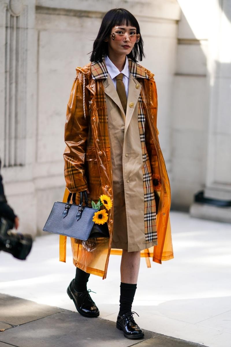 chemisier blanc cravate marron vetement de pluie femme sac main noir