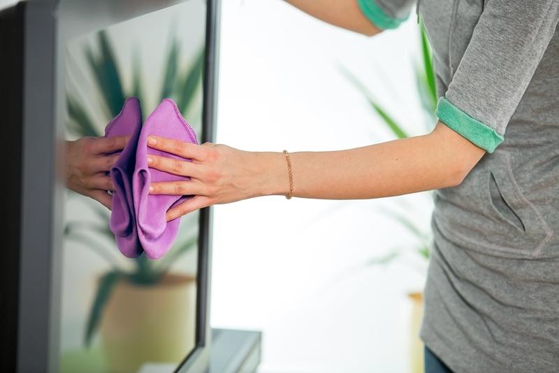 chiffon propre sec nettoyer un écran tv appareil salon