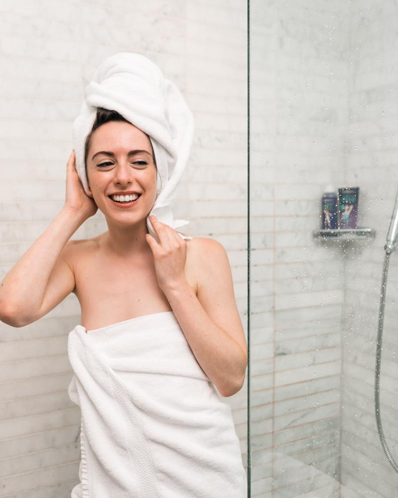 chute de cheveux remède miracle une femme qui sort de la bain