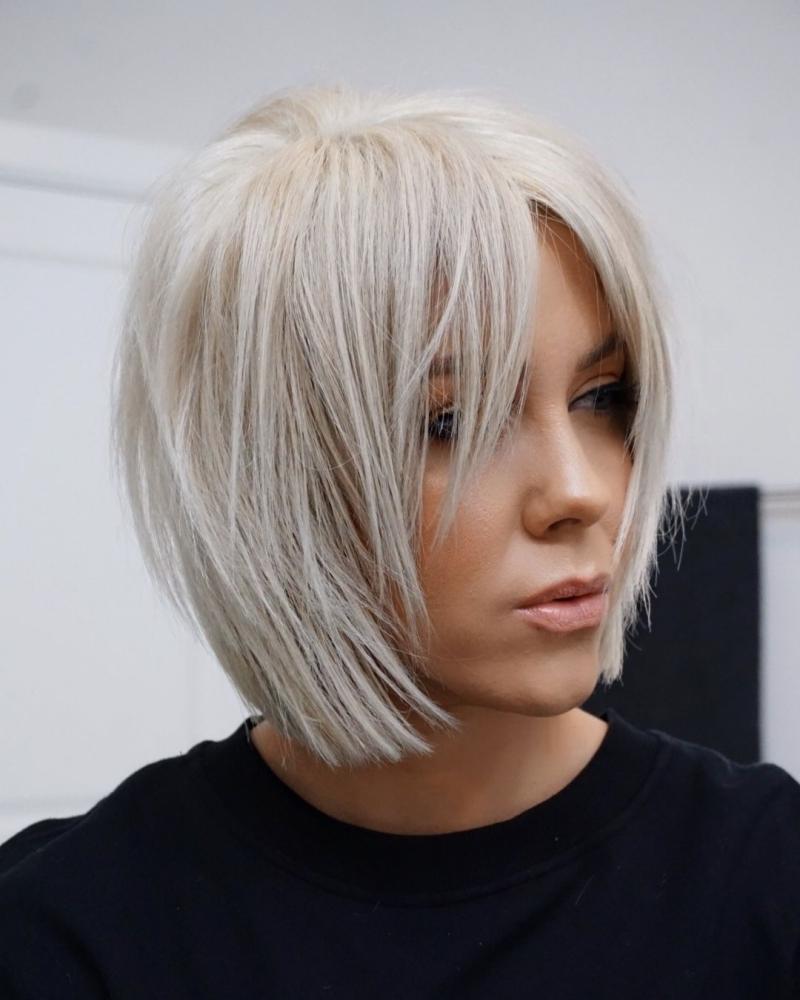 coloration blond polaire blouse noire coupe carré court effilé