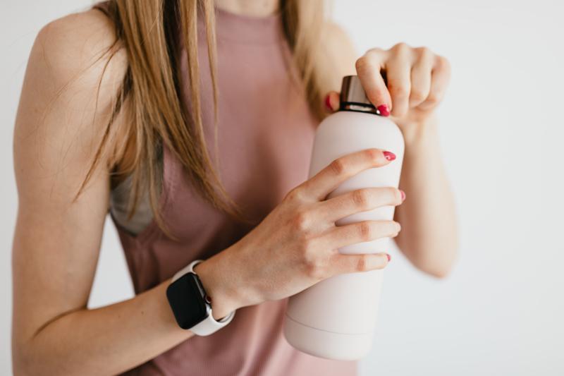combien de cheveux perd on par jour une femme qui tient un champoing dans sa main