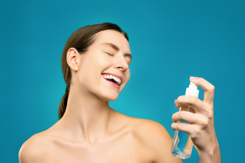 comment appliquer l huile de ricin une fille joyeuse qui soigne sa peau