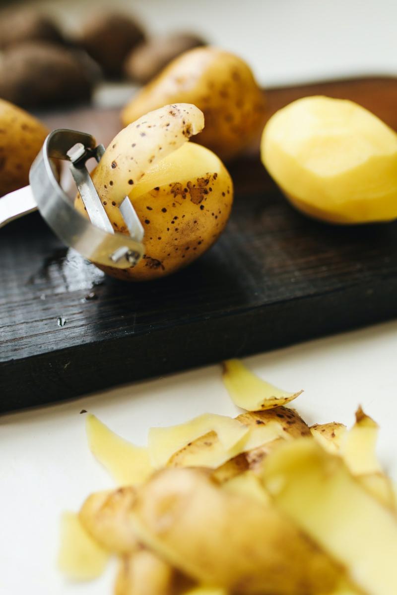 comment conserver des pommes de terre épluchée éplucher des pommes de terre sur une plaque noire