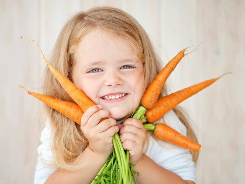 comment conserver les carottes une fille qui tient des carottes dans ses mains