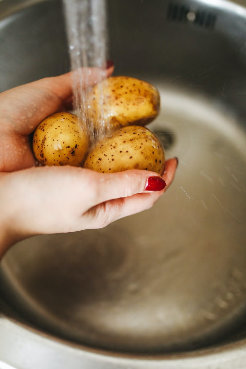 comment conserver les pommes de terre laver les pommes de terres sous le robinet