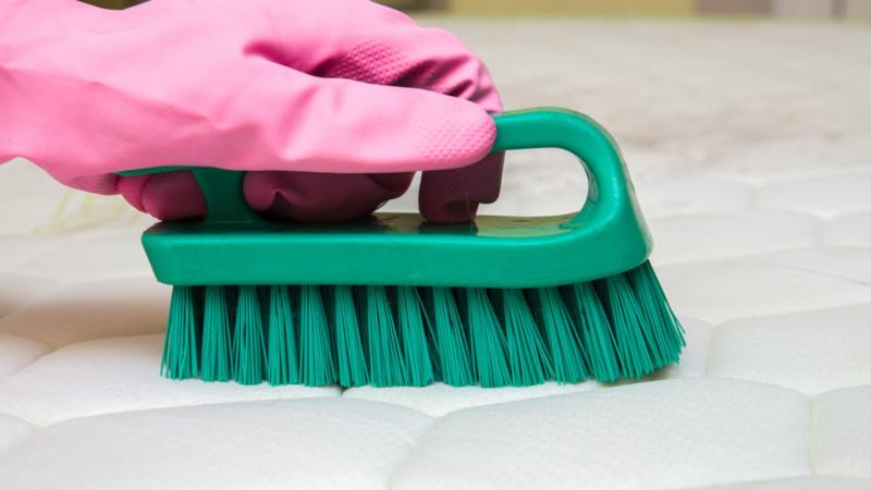 comment détacher un matelas a l aide d une solution fait maison et une brosse