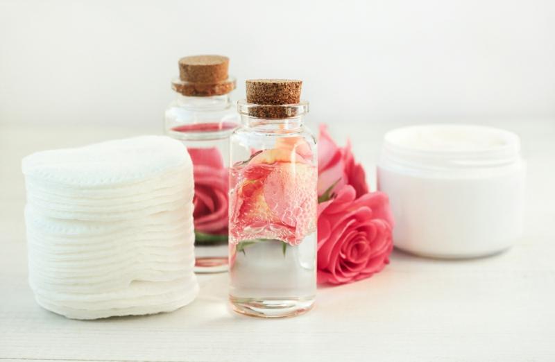 comment enlever les cernes en une nuit eau de rose et tampons pour le visage