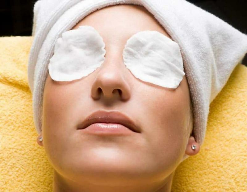 comment enlever les cernes en une nuit une femme avec des tampons sur les yeux