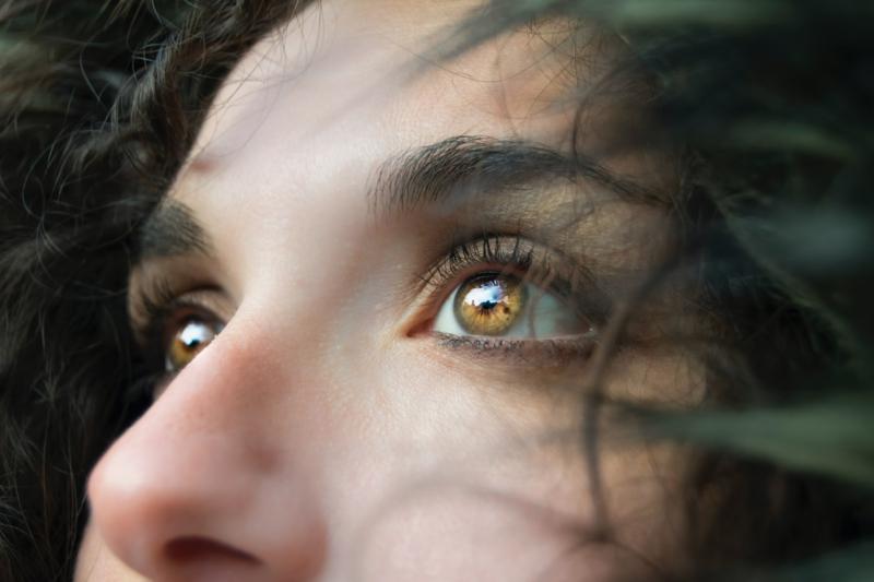 comment enlever les cernes les beaux yeux d une femme qui regarde vers le ciel