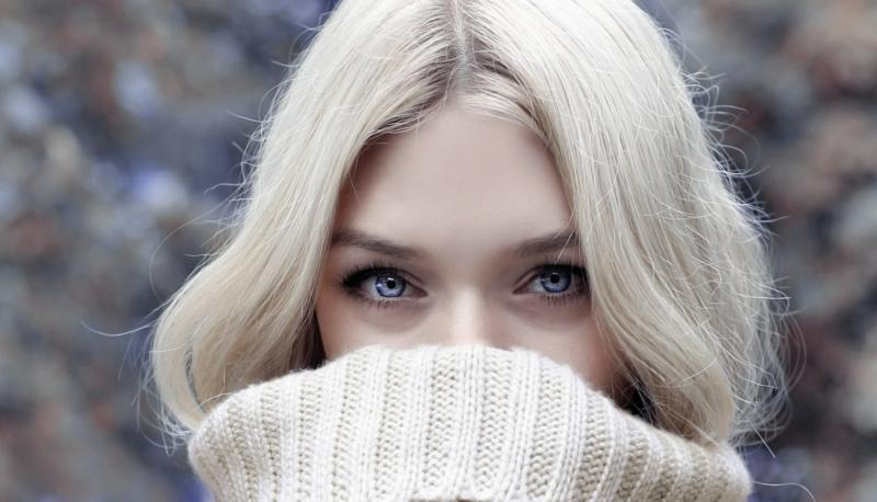 comment enlever les cernes une femme blonde qui a des yeux bleus