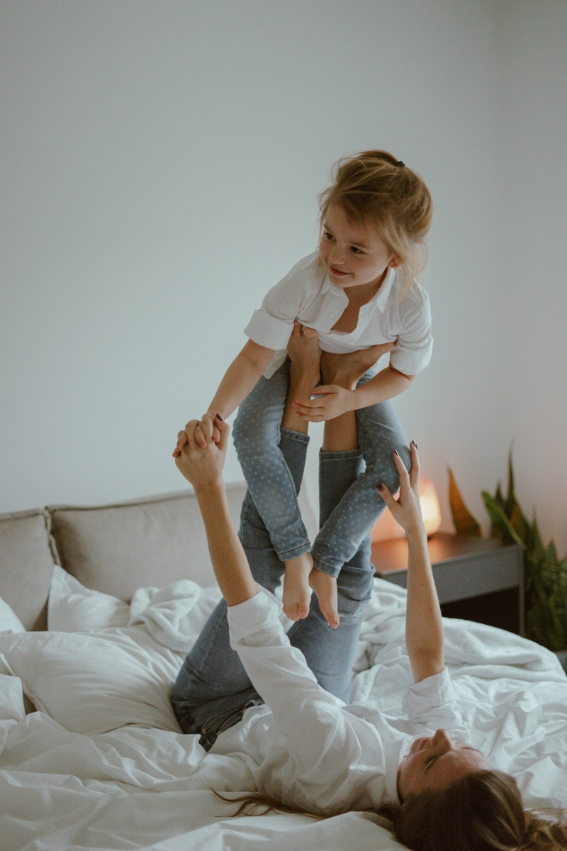 comment manger une figue une petite fille qui joue avec sa maman