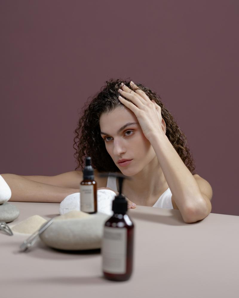comment mettre de l huile de ricin sur les cheveux une fille et un petit pot d huile
