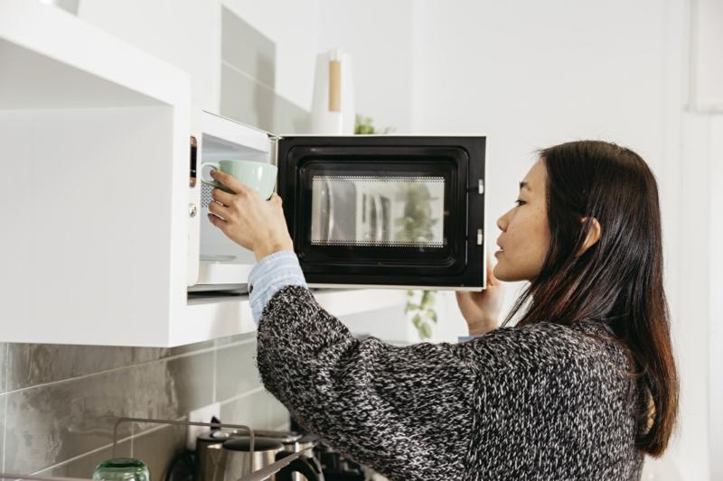 comment nettoyer micro onde mettre une tasse de café dans le micro onde