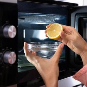Comment nettoyer un micro-ondes et enlever l'odeur désagréable ?