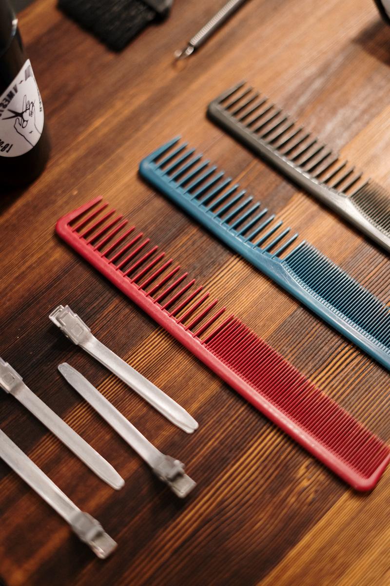 comment nettoyer une brosse à cheveux des peignes en couleurs différentes